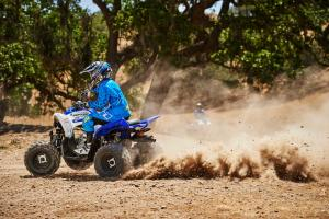 2016.yamaha.raptor90-and-raptor700r.blue_.left_.riding.on-dirt.jpg