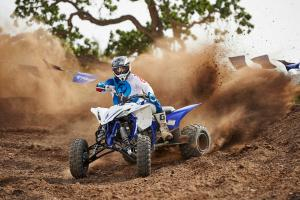 2016.yamaha.yfz450.blue_.front-left.riding.on-dirt-track.jpg