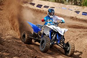 2016.yamaha.yfz450.blue_.front-right.close_.riding.on-dirt.jpg