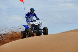 2016.yamaha.yfz450.blue.front-right.riding.on-sand.jpg