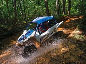 2017.yamaha.yxz1000r-ss.white-and-blue.left.riding.through-water.jpg