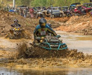 event.2017.highlifter-mud-nationals.can-am-outlander.racing.through-mud.jpg