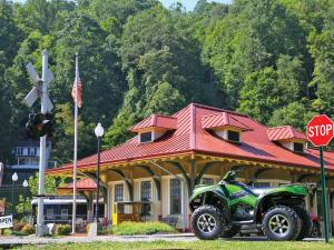 location.2012.hatfield-mccoy.west-virginia.kawasaki-brute-force.green.parked.jpg