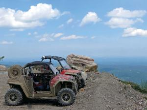 location.2014.windrock.tennessee.sidexsides.parked.by-overlook_0.jpg