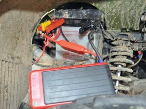 vendor.2014.rm-stator.portable-power-bank.on-battery.JPG